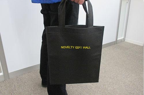 不織布A4トートバッグ(V010365)ブラックに名入れイメージ