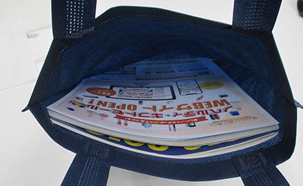 不織布A4トートバッグ(V010365)カタログも入れてみたイメージ